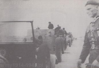 """Podczas przerwy w marszu do """"Łazika"""" podchodzi dowódca baterii haubic, por. Alfred Zawadzki."""