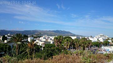 """32. Panorama miasta Kos z bastei """"Del Carretto Bastion"""" (nr 2 na planie). W dali łańcuch górski. Najwyższy szczyt Dikeos wznosi się na 846 m nad poziomem morza."""