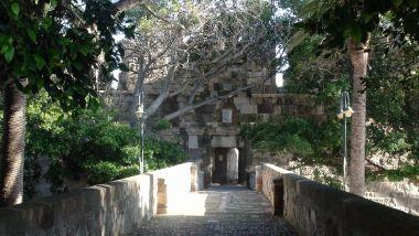 2. Kamienny most był jedynym wejściem do zamku i przerzucony był nad fosą wypełnioną wodą morską.