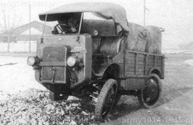 Autocarretta Ansaldo. Zdjęcie demonstruje skuteczność zawieszenia pojazdu podczas pokonywanie nierówności terenu.