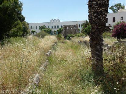 Niemal to samo ujęcie (z mniejszej wysokości) w chwili obecnej i aż trudno poznać. To zadziwiające, że Grecy żyjący z tego, że turyści przyjeżdżają oglądać te zabytki utrzymują je w takim stanie. Chwasty krzaki miały wysokość niemal dorosłego człowieka. Na horyzoncie i tak nie byłoby widać strzelistej wieży kościoła, gdyż obecny kościół prawosławny nie posiada już wieży.