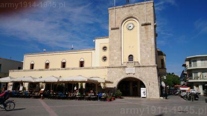 Wybudowany w latach 1934-1935 dom faszyzmu (Casa del Fascio) w Kos. Budynek ma przyległe kino a dla faszystów miał też być miejscem spotkań i wypoczynku po pracy. Obecnie zmienił przeznaczenie. (Isola Coo)
