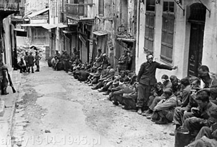 Niemieccy spadochroniarze wzięci do niewoli w pierwszych godzinach działań. Niemcy podejrzewali, że część skoczków zabili miejscowi chłopi a nawet zadawali im tortury.