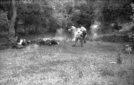 Już trzeciego dnia walk Niemcy rozpoczęli terror. W Kandanos i Kondomari zrównano domy z ziemią a większość mężczyzn w wieku 18-55 lat rozstrzelano, co było początkiem okupacji.