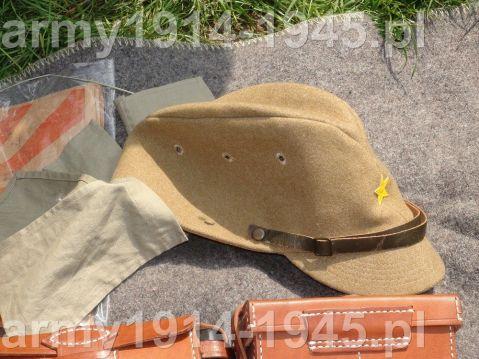 Rekonstrukcja nakrycia głowy z charakterystycznymi paskami materiału osłaniającymi kark przed palącym słońcem.
