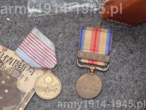 A po tym wszystkim pozostałoby jeszcze tylko rozdać odznaczenia. A tak na serio: medal po lewej medal okolicznościowy 2600tna z okazji obchodów rocznicy Japonii, który otrzymali obecni na uroczystościach. Zaś medal po prawej to medal za zasługi w wojnie Japońsko-Chińskiej z 1937 r.
