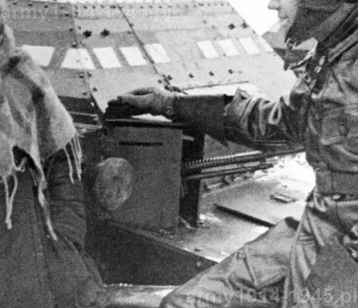 Stanowisko strzelca późniejszych pojazdów seryjnych. Widoczne dodatkowe płyty pancerne zmniejszające otwór strzelnicy a w ich górnej części szczeliny obserwacyjne.