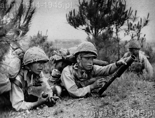 """Nie wiadomo skąd się wziął przydomek tej broni """"granatnik kolanowy"""", bo jak widać na powyższych zdjęciach Japończycy wcale nie strzelali z niej z kolana"""