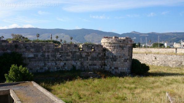 44. Widok z wału zewnętrznego na mur zamku wewnętrznego w kierunku wieży na planie oznaczonej nr 9. Wieża jest wyraźnie odchylona na zewnątrz, zapewne w wyniku trzęsienia ziemi.